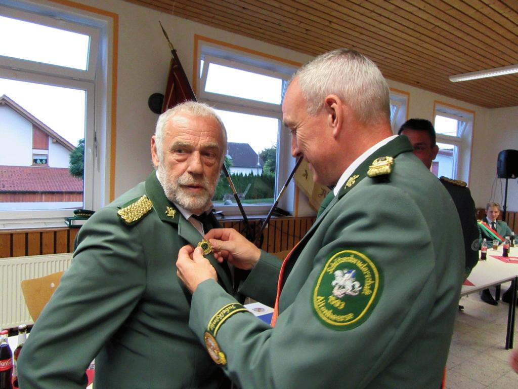 Ehrung für Josef Menne, der seit einem halben Jahrhundert den Altenheerser Schützen angehört.