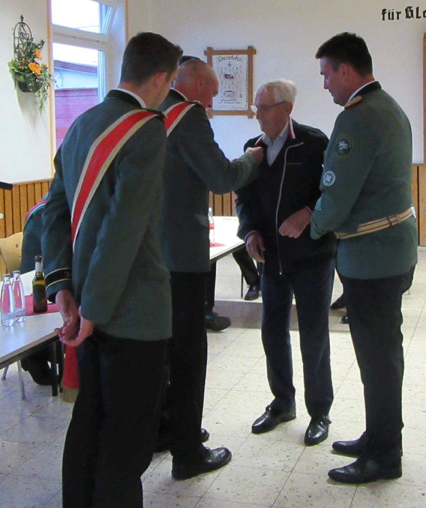 Ehrung für Georg Tewes sen., der seit 70 Jahren Mitglied der St. Fabian und Sebastian Schützenbruderschaft ist.